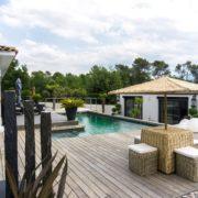 grande villa moderne terrasse bois et piscine avec dependance
