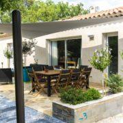 maison traditionnelle avec par soleil