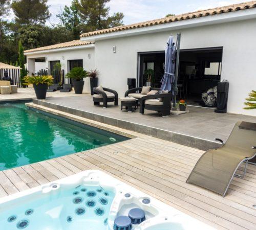 piscine en bois avec une maison moderne a aix en provence
